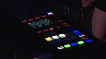 Native Instruments teasert während der WMC neuen Traktor Kontrol D2 DJ-Controller an