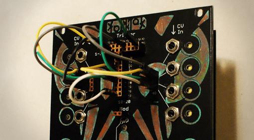 Folktek Matter, Eurorack Drum-Synthesizer, Frontansicht Detail mit Patchkabeln