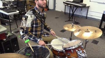 Drummer mit Roboter Arm