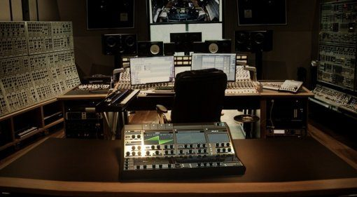 Deadmau5 zeigt Xfer Records Serum Hardwaresynthesizer!