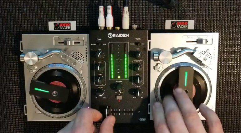 Miniatur DJ-Setup mit zwei Crosley RSD3, Raiden RPM-100 und MWM Phase