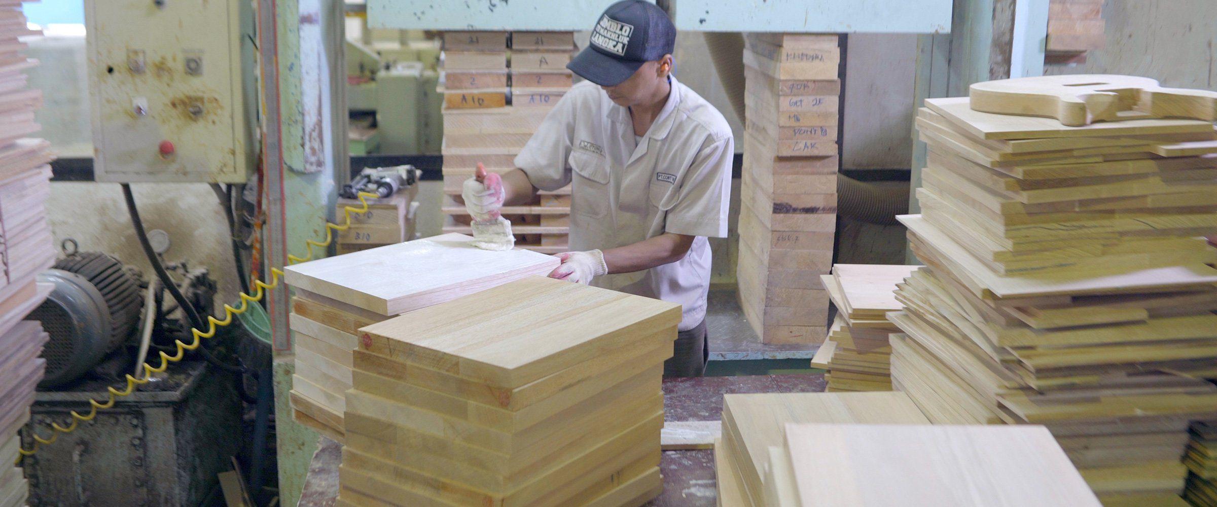 PRS Factory Tour Holz Arbeiter Fabrik
