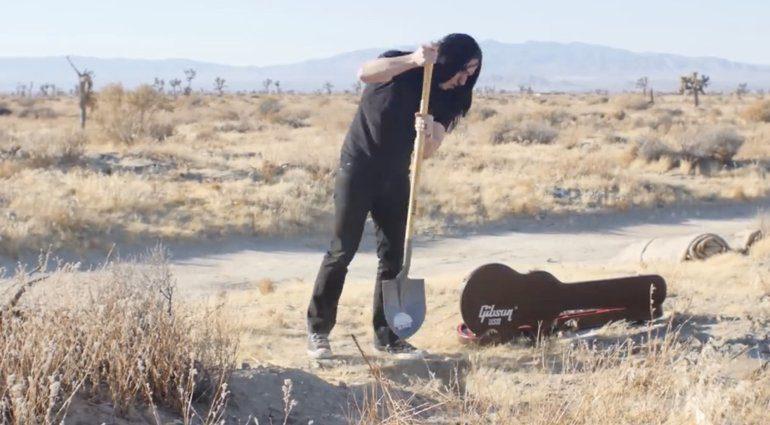 Guitar Max vergraebt Gitarre in der wüste 2