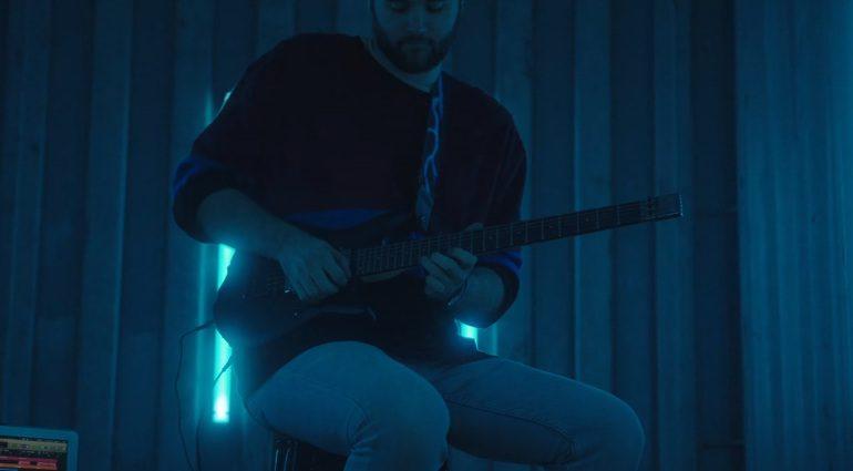 Diese Gitarre ist gleichzeitig MIDI-Keyboard und Controller