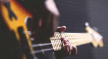 Eine KI spielt nonstop Bass-Riffs auf YouTube